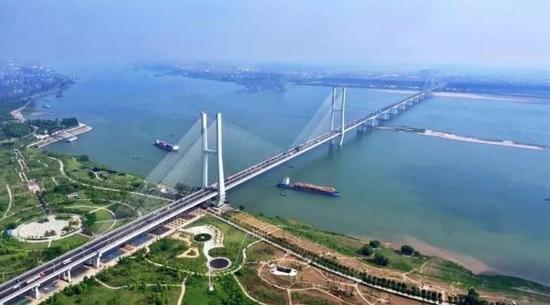 连接公安县与荆州主城区的荆州长江大桥。