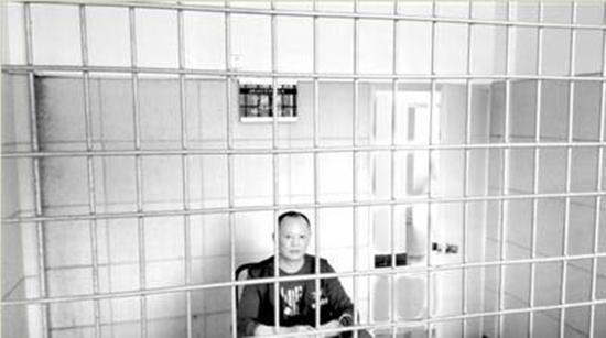 魏友山在看守所接受办案人员询问