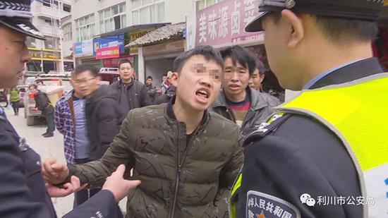 周某辱骂民警。警方供图