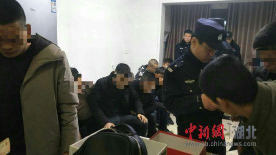 湖北仙桃警方在一居民小区捣毁一个聚众赌博窝点,抓获涉案人员20人。