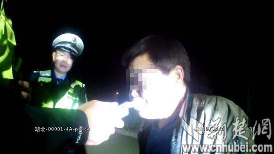 图为酒驾男子含着吹气管一动不动。执法仪视频截图