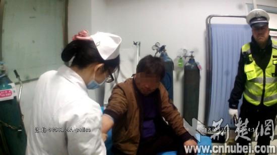 图为酒驾男子被交警带至医院抽血检测。 执法仪视频截图