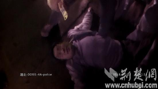 图为酒驾男子倒地不起称需要休息。执法仪视频截图