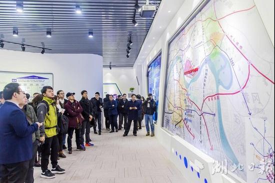各位来宾在武汉国家航天产业基地临时展馆内参观基地规划建设情况。湖北日报全媒记者梅涛、通讯员裴斌摄