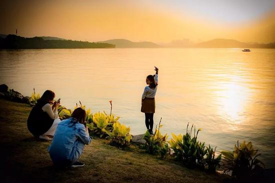 风景秀丽的东湖成为武汉市民游玩的好去处(图/胡顺华)