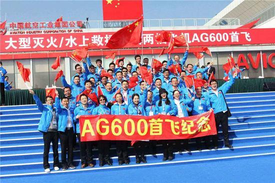 """2017年12月24日,""""鲲龙""""AG600在广东珠海首飞成功,图为首飞现场"""