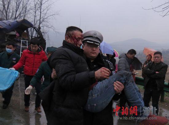 两货车相撞 大力民警抱起受伤司机冲向救护车