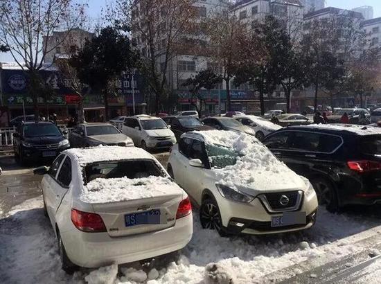 随州中医院楼下,雪把车砸坏了