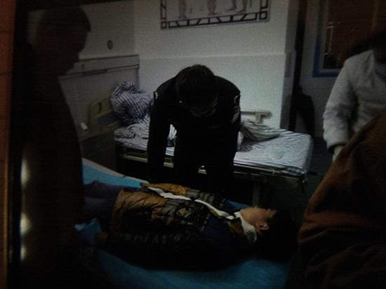 小林被送到医院救治。