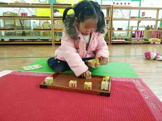 依依在幼儿园。