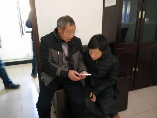 图为父亲给赵某看家人的照片。 警方供图