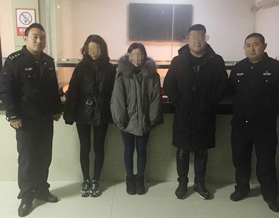 民警将女子交给家人。警方供图