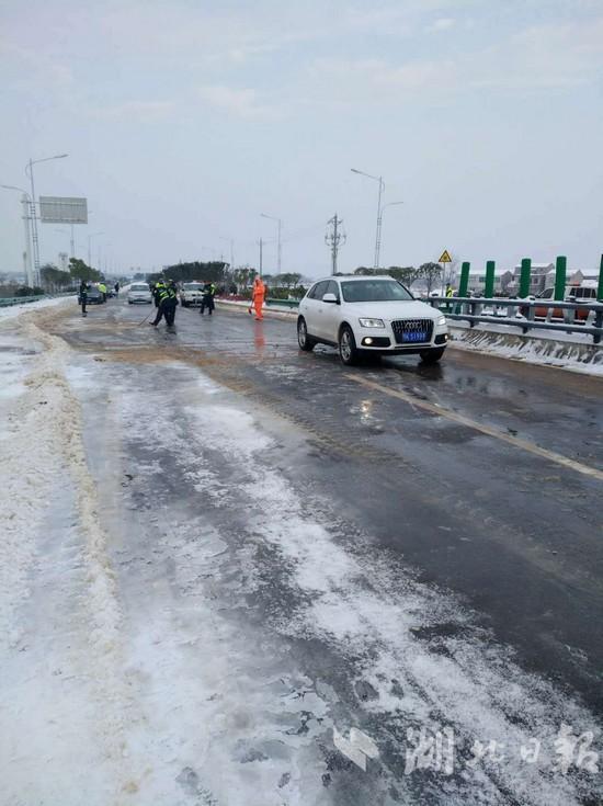 28日上午8时,第一辆车通过童家湖特大桥 徐国平摄