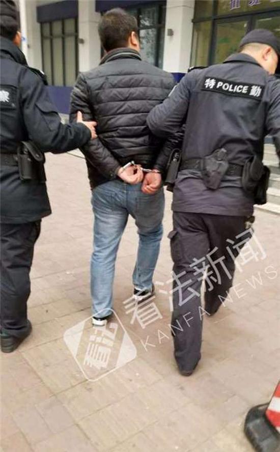 警方抓获一名嫌疑人。