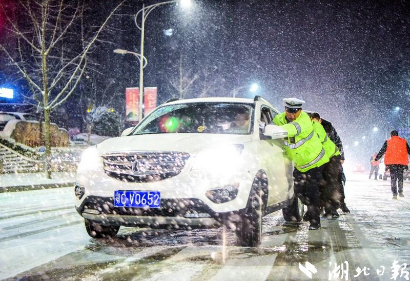 湖北遭遇入冬以来最强雨雪天 8县市区近10万人受灾