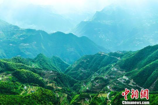 地处山区的长茂司村是深度贫困村 杨威 摄