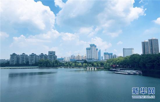 图为20日武汉市区天气晴朗,当日最高温度达37℃。新华网 夏国燕 摄