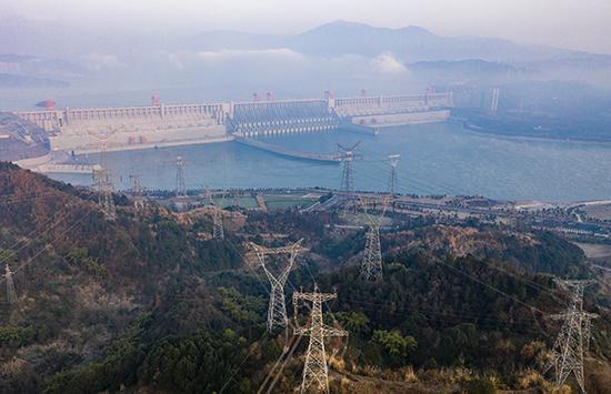2021年1月1日,湖北宜昌,长江三峡枢纽工程及右岸电站外送输电线路(无人机照片)。