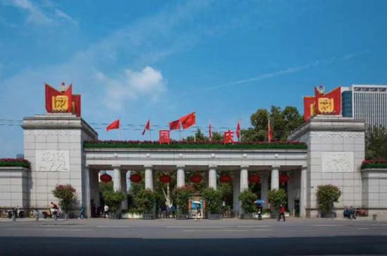 中山公园主门装饰一新。 刘思佳 摄