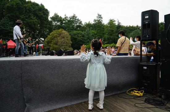 台下的小朋友随音乐手舞足蹈。 赵小猴 摄