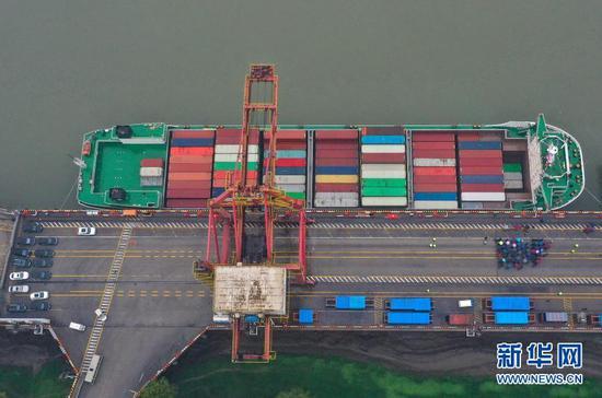 """2月28日,停靠在码头的""""汉海5号""""准备首航驶往上海洋山港(无人机照片)。当日,""""汉海5号""""集装箱船装载着医疗用品、机械设备、茶叶等产品,从武汉新港阳逻港二期码头首航驶往上海洋山港。据武汉港发集团介绍,""""汉海5号""""载箱量1124标准箱,是湖北省建造的全国内河装载量最大的江海直达集装箱船。新华社发(赵军 摄)"""