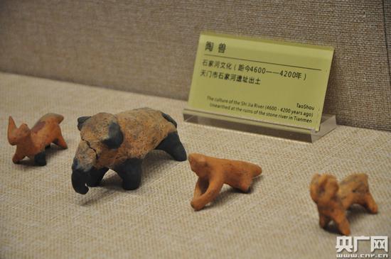 5月19日,天门市博物馆展出的石家河遗址出土文物陶兽。周林利 摄
