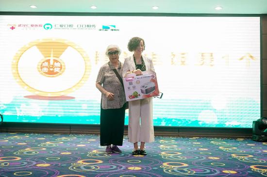 """86岁李奶奶参与""""最美微笑""""评选活动现场"""