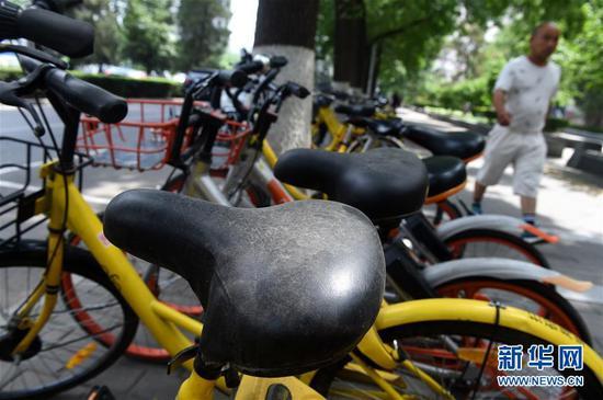 停放在北京西城区宣武门西大街南侧的部分共享单车车座上积满灰尘(5月25日摄)。新华社记者 罗晓光 摄