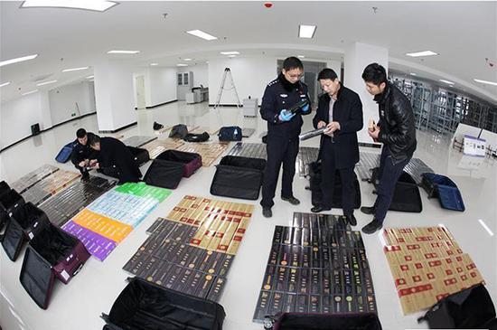 襄阳铁路警方层层深挖捣毁制贩假烟网络 本文图片均来自央视新闻客户端