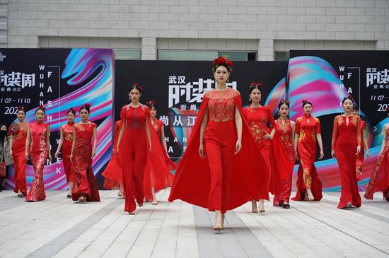 2020武汉时装周时尚快闪秀:百年江汉关 我们从新启程