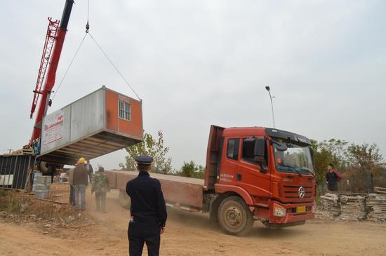 夜里运集装箱准备做废品回收生意 城管出动及时取缔