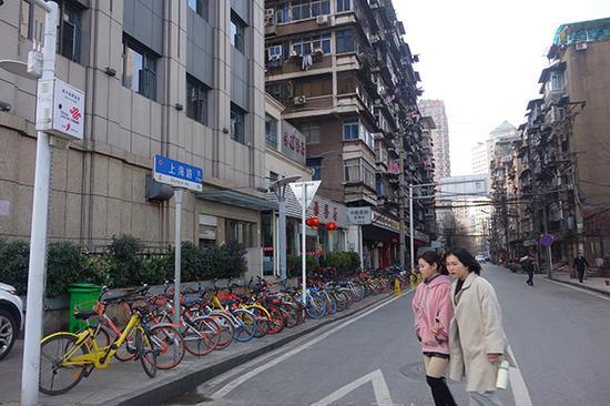 上海路的两边,大多是一些老房子。