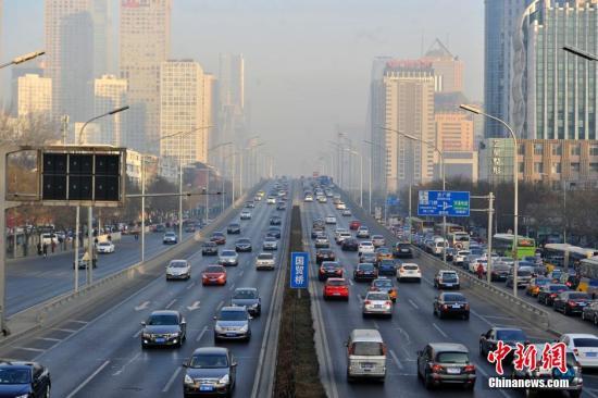 资料图:北京国贸附近的车流。中新网记者 金硕 摄