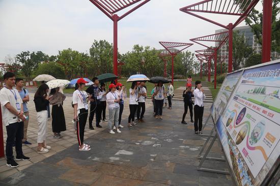记者团在武汉青山区江滩听取介绍 崔凯摄