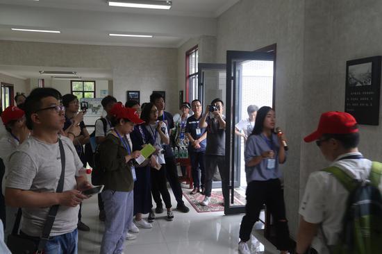 记者团在武汉青山区江滩博物馆听取讲解 崔凯摄