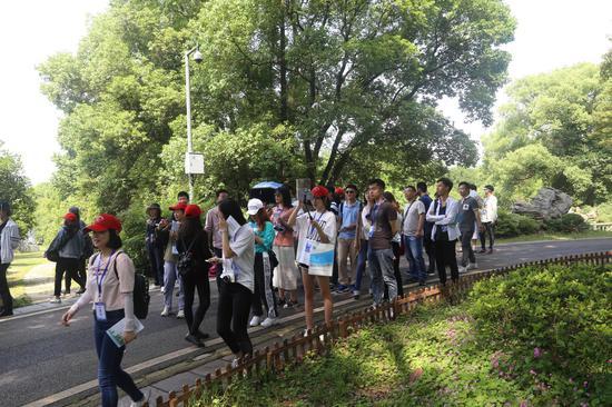 记者团在武汉东湖绿道走访 崔凯摄