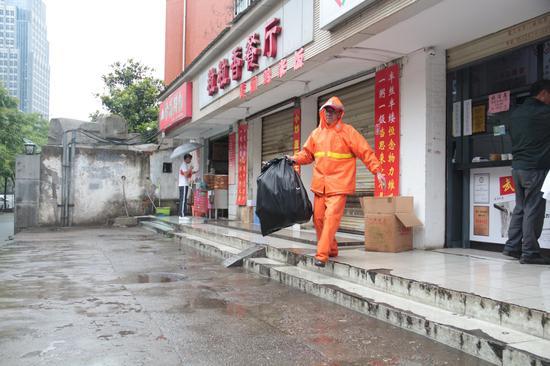 环卫工人上门收集垃圾