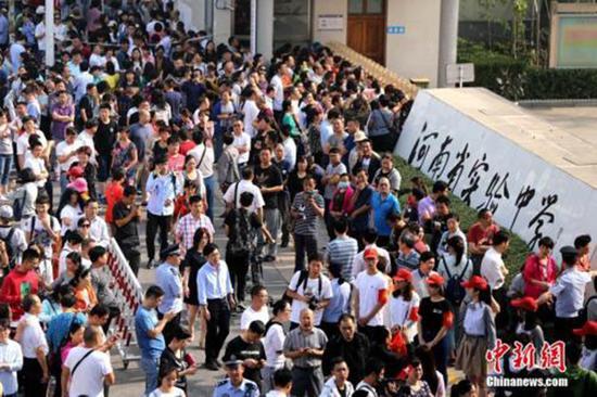 2017年6月7日,河南郑州,全国高考河南省实验中学考点,参加高考的考生和家长们。 中新社记者 王中举 资料图