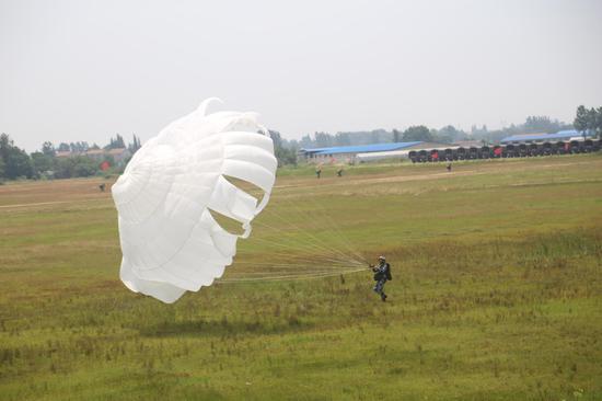 某跳伞训练场跳伞表演 崔凯 摄