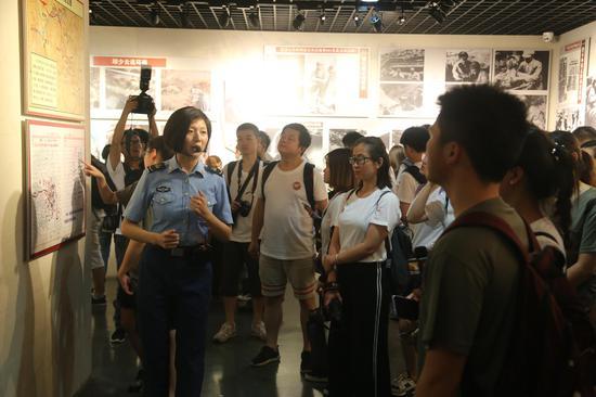 空降兵军史馆同学们听讲解员介绍部队光荣历史 崔凯 摄