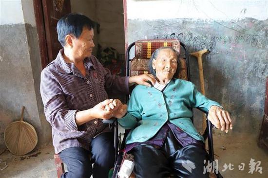 大儿媳陈莲秀照顾着114岁的陈祖英老人。(湖北日报全媒记者 张真真 通讯员 张立 摄)