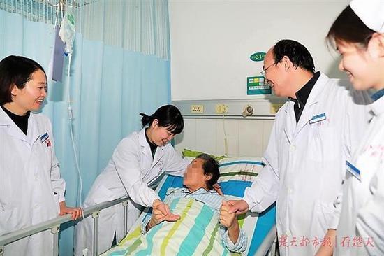 医生安慰朱婆婆,希望她安心治疗