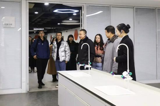 长江文明馆(武汉自然博物馆)研学项目启动仪式后,领导、嘉宾参观贝林大?#30001;?#21629;馆科普空间