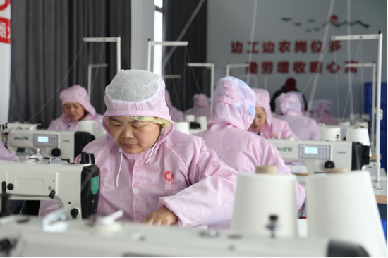 大市村扶贫车间工人正在生产作业