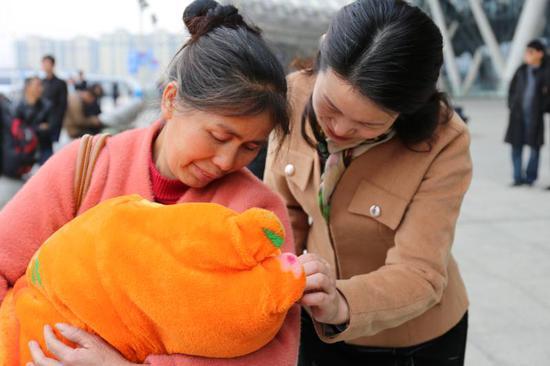 湖北省红十字会扶贫工作队助力唇腭裂婴儿赴京做修复手术