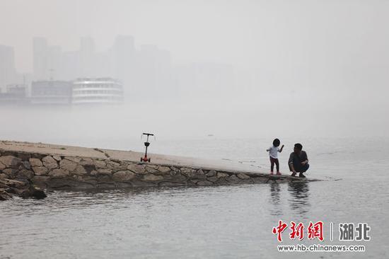 这是由于宜昌近日出现急剧降温天气