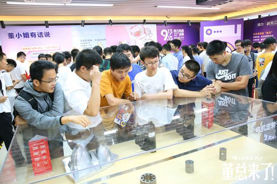 图为大学生参观格力产品