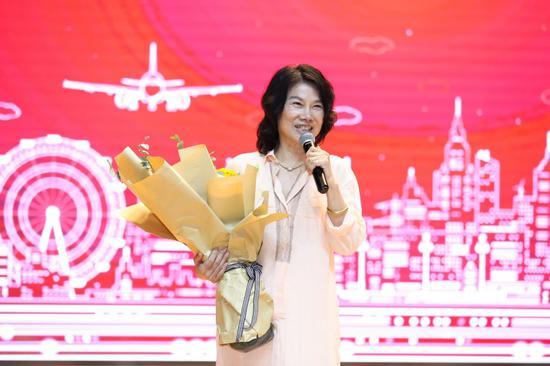 图为格力电器董事长兼总裁董明珠在华中科技大学演讲