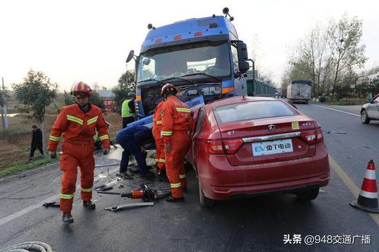 电动汽车与半挂车相撞司机昏倒 随州消防灵敏营救