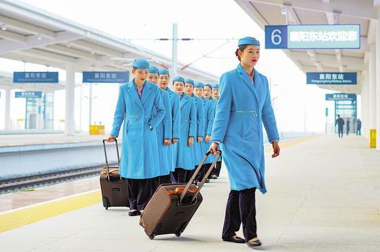 12月1日,襄阳东站首趟郑渝高铁郑襄段G4058次列车乘务员准备上车。(视界网 杨东 张威 摄)